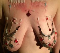 Nadeln im BDSM Kontext Brust